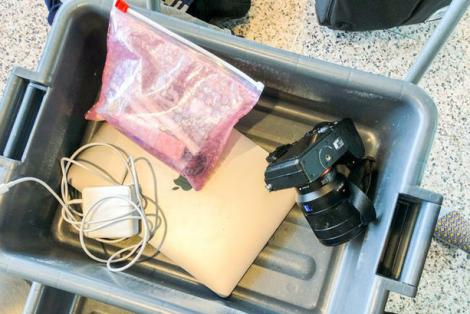 Kinh nghiệm đi du lịch mùa dịch: Đừng bỏ điện thoại, máy ảnh vào khay chứa đồ ở sân bay