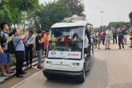 Trải nghiệm xe tự lái, biết dừng đón trả khách tại Việt Nam