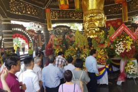 Hàng ngàn người dân đã dâng hương tưởng niệm tại đền thờ Quốc tổ Hùng Vương, Suối Tiên