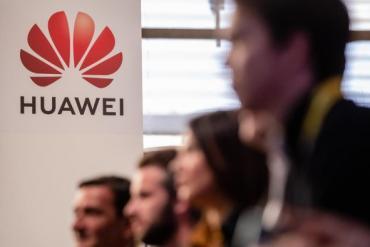 Sau Google, hàng loạt công ty Mỹ cũng 'đóng băng' làm ăn với Huawei