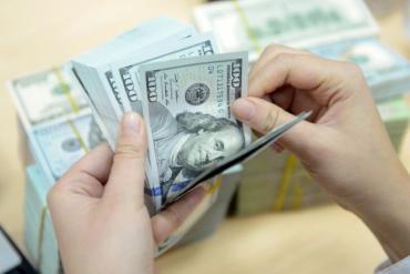 USD ngân hàng cao kỷ lục, Vietcombank nâng giá bán lên gần 23.500 đồng/USD