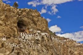 Tu viện Phật giáo cheo leo trên vách núi ở Ấn Độ