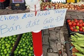 """Người bán rau nổi tiếng lại hot trên mạng xã hội vì tấm bảng """"không đeo khẩu trang bán đắt gấp đôi"""""""
