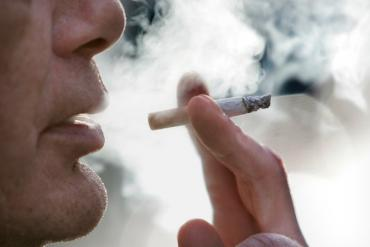 Hút thuốc lá có làm tăng nguy cơ mắc Covid-19 hay không?