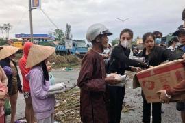 Ca sĩ Thủy Tiên đến Huế trực tiếp trao quà cứu trợ cho người dân bị bão lũ